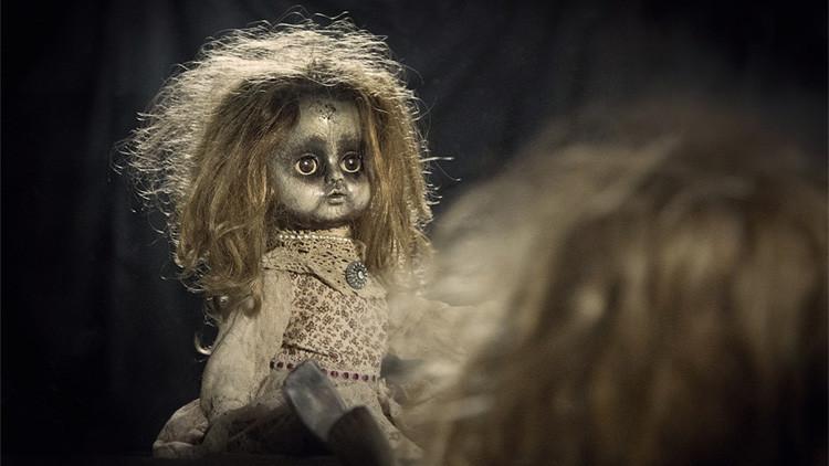 """FOTOS: Una mujer vuela al lado de una """"aterradora"""" muñeca con billete propio"""