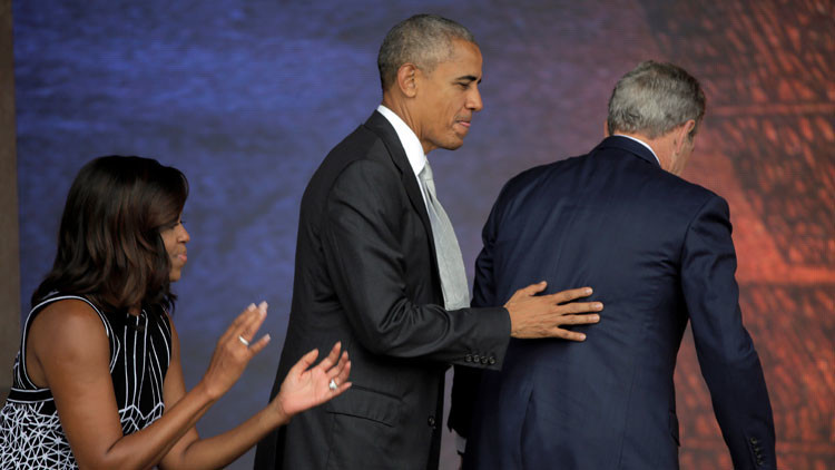Video: George W. Bush le pide ayuda a Obama para tomarse una foto