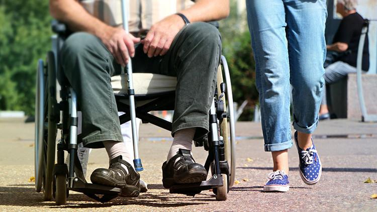 Pasa 43 años en silla de ruedas por culpa de un diagnóstico equivocado (Video)