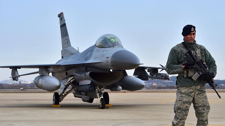 Un enemigo inesperado: Unas bacterias están 'devorando' los aviones militares de EE.UU.