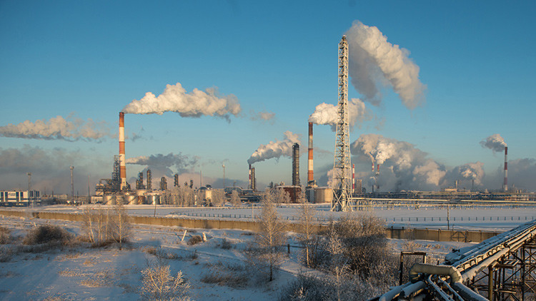 Rusia aceptaría congelar la producción de petróleo en el nivel actual