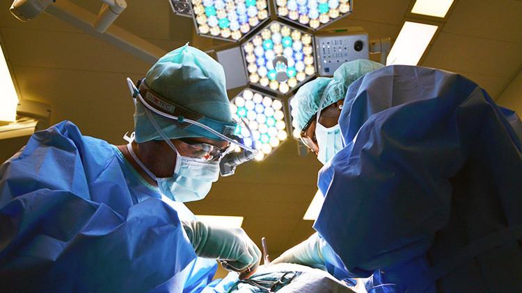 FUERTES IMÁGENES: El indignante video viral del cirujano bailando durante una operación