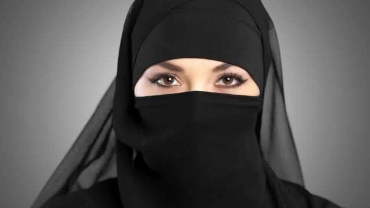 """""""Hay que matar a ese perro"""": una princesa saudita obliga a un decorador francés a besarle los pies"""