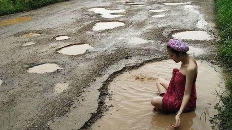 Bañarse en un bache y otras maneras insólitas de exigir la reparación de carreteras (VIDEO, FOTOS)