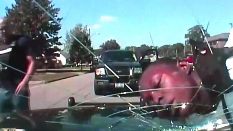 EE.UU.: Un policía rompe un parabrisas con la cara de un afroamericano (FUERTE VIDEO)