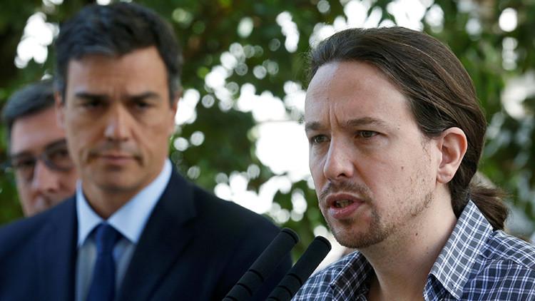 El líder de Unidos Podemos, Pablo Iglesia, ofrece un discurso junto al líder del PSOE, Pedro Sánchez, después de guardar un minuto de silencio por los atentados de Niza