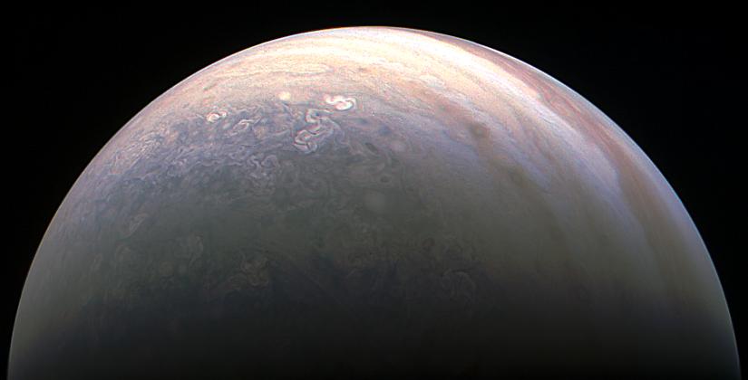 Júpiter en colores visto desde el lado del polo norte
