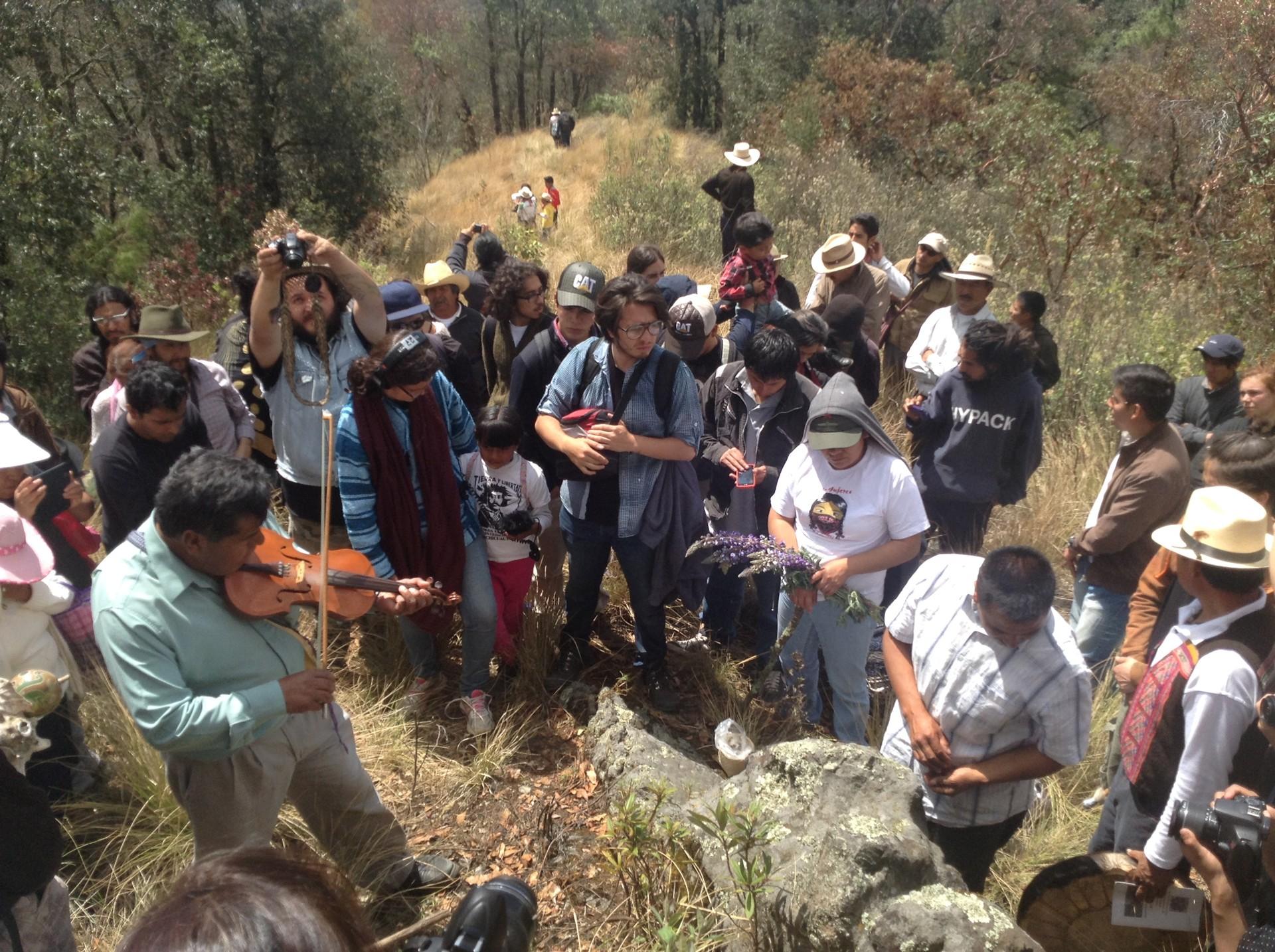 Ofrenda indígena en montaña otomí amenazada por Grupo Higa
