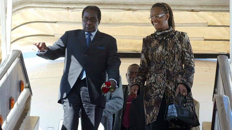 El presidente de Zimbabue, Robert Mugabe, y su esposa Grace bajan de su avión en el aeropuerto internacional de Harare, Zimbabue, el 4 de julio de 2008.