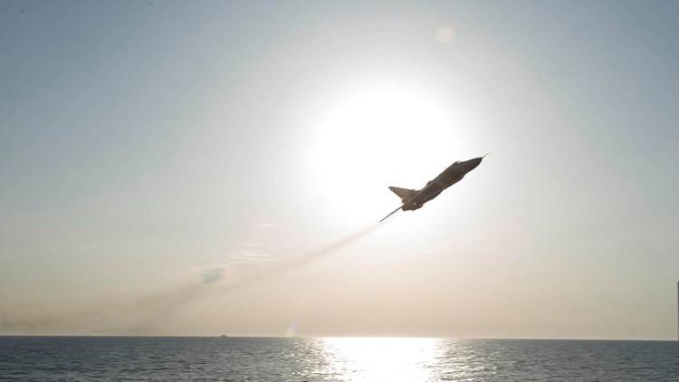 Un caza ruso Su-24 realiza una maniobra a baja altura cerca del destructor estadounidense USS Donald Cook en aguas internacionales del mar Báltico. 12 de abril de 2016.