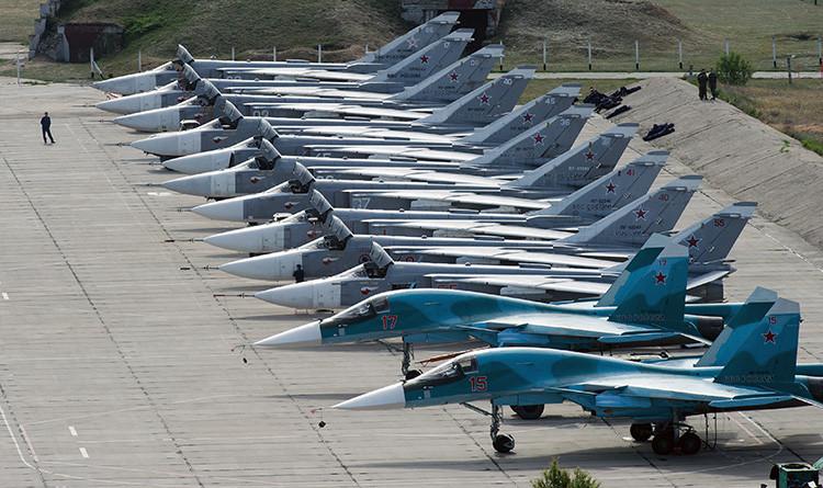 Aviones militares rusos en la base aérea de Belbek, Sevastópol.