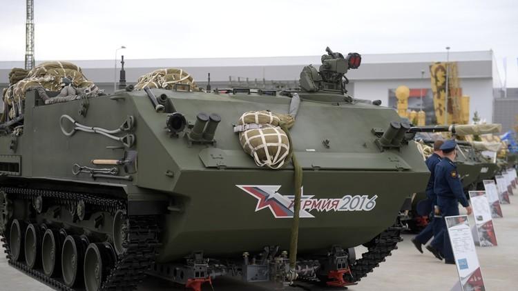 """Vehículo blindado 8x8 BTR-MDM """"Rakushka"""" durante una exposición del Foro Internacional Ejército-2016. 7 de septiembre de 2016."""