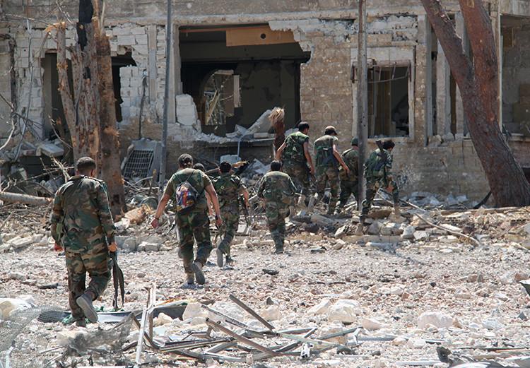 Militares sirios en el territorio liberado de terroristas en Alepo.