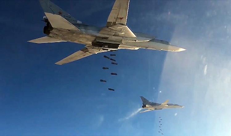 Bombarderos rusos Tu-22 llevan a cabo ataques aéreos contra blancos del Estado Islámico en Siria, 20 de noviembre de 2015.