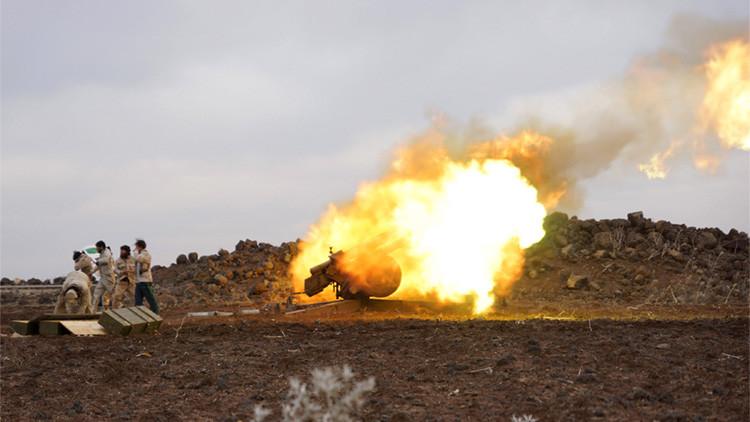 Combatientes de la brigada Mujahideen Horan, integrada en el Ejército Libre de Siria, lanza un proyectil contra las fuerzas leales al presidente sirio, Bashar al Assad, ubicadas en Daraa, Siria, 11 de enero de 2016.