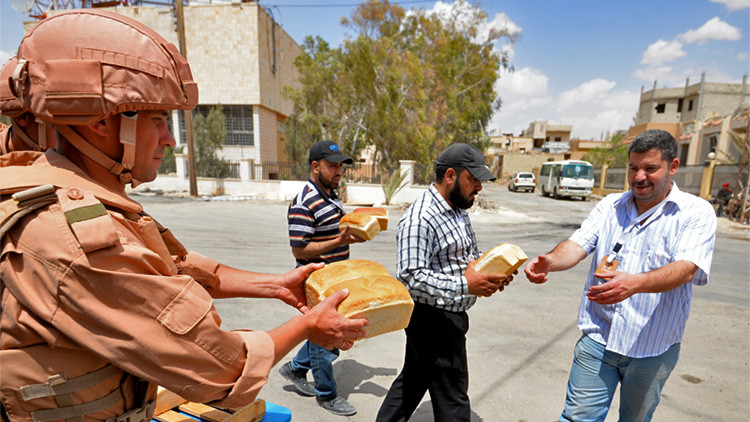 Militares rusos distribuyen pan entre los residentes de la ciudad de Palmira, Siria, 6 de mayo de 2016.