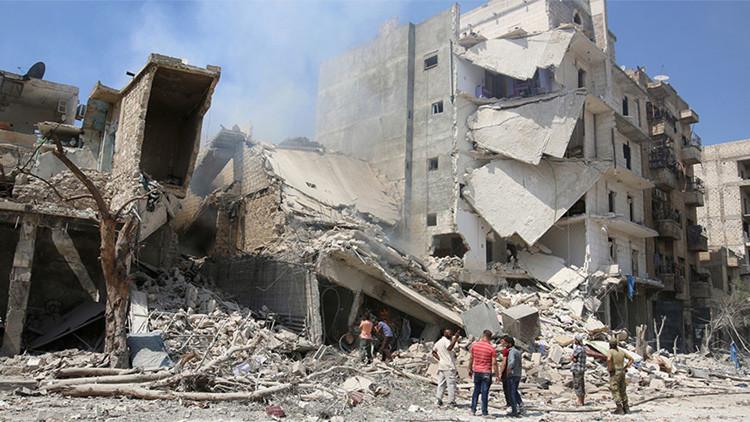 Varios hombres inspeccionan un edificio derribado por los ataques aéreos lanzados contra el barrio de Bab al Nairab en Alepo, Siria, 27 de agosto de 2016.
