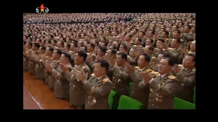 La fotografía emitida por la Televisión Central de Corea del Norte (KRT) muestra a varios oficiales reunidos para conmemorar el aniversario de su país a través de una multitudinaria marcha por Pyongyang. 9 de septiembre de 2016.