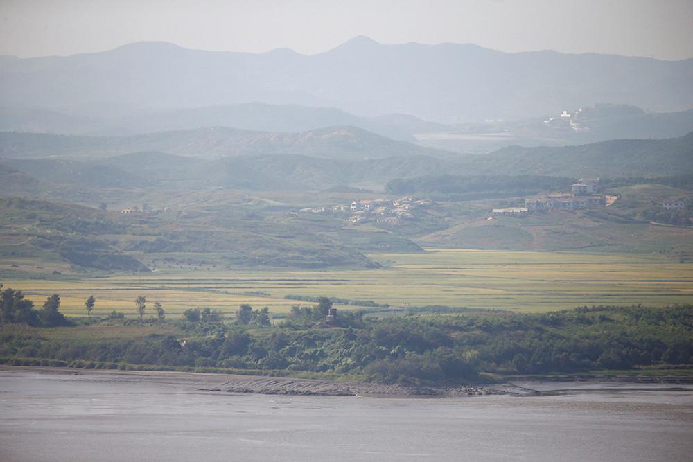 Un pueblo de Corea del Norte es visto desde una plataforma de observación cerca de la zona desmilitarizada que separa las dos Coreas.