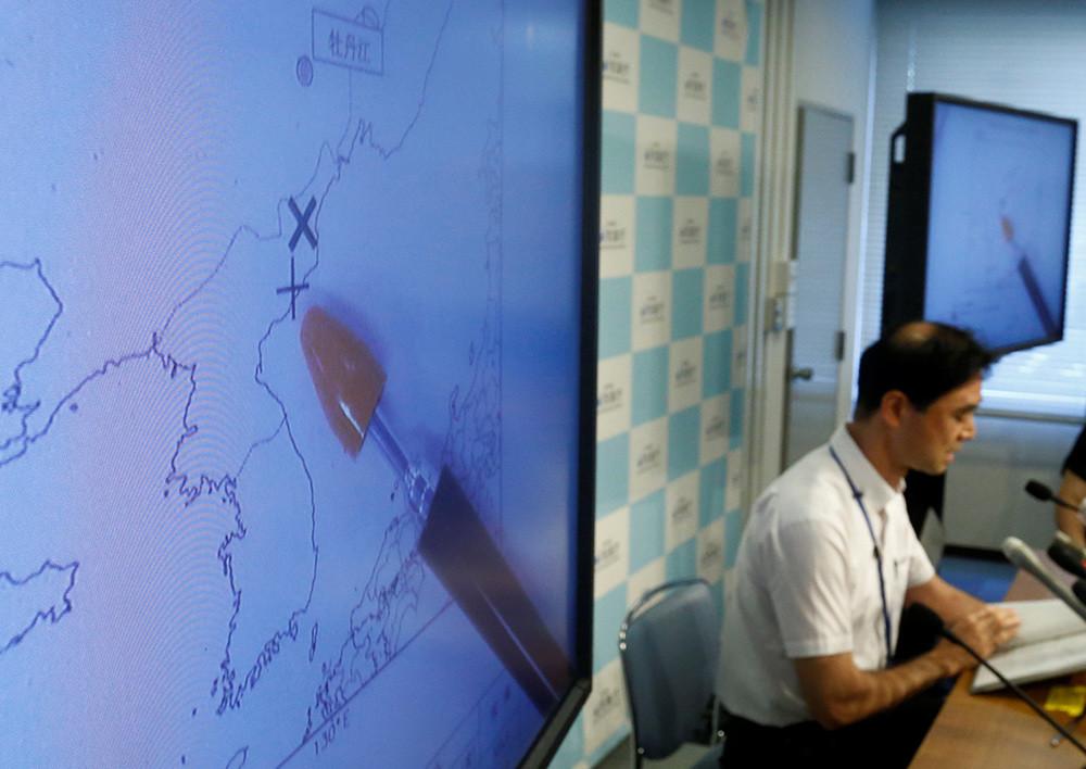 El director de la división de observaciones de terremotos y tsunamis de la Agencia Meteorológica de Japón, Gen Aoki, habla junto a pantallas que muestran el movimiento sísmico en Corea del Norte el 9 de septiembre de 2016.