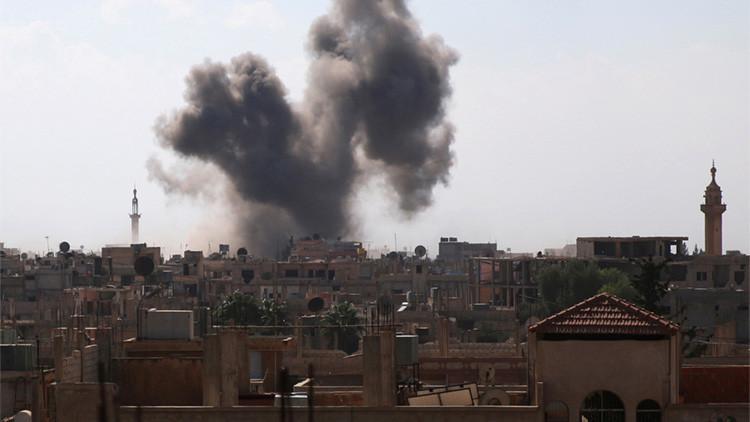 Una columna de humo se eleva en la ciudad de Dale, Siria, tras un ataque aéreo lanzado el 5 de septiembre de 2016.