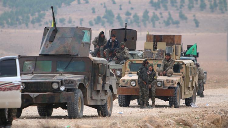 Un grupo de kurdos y árabes de las Fuerzas Democráticas de Siria durante una ofensiva contra el Estado Islámico. 26 de diciembre de 2015.
