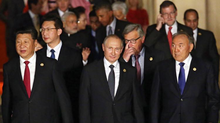 Los jefes de las delegaciones de los Estados miembros del G-20, de los países invitados y de las organizaciones internacionales, acompañados de sus cónyuges en Hangzhóu, Zhejiang (China).