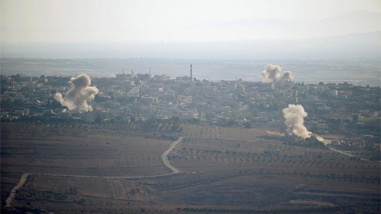 Dos columnas de humo causadas por explosiones se elevan durante los combates en la localidad de Jubata Al Khashab, controlada por los rebeldes sirios.