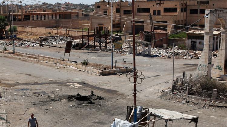 Un hombre pasea por la ciudad siria de Dael, el 19 de septiembre de 2016.