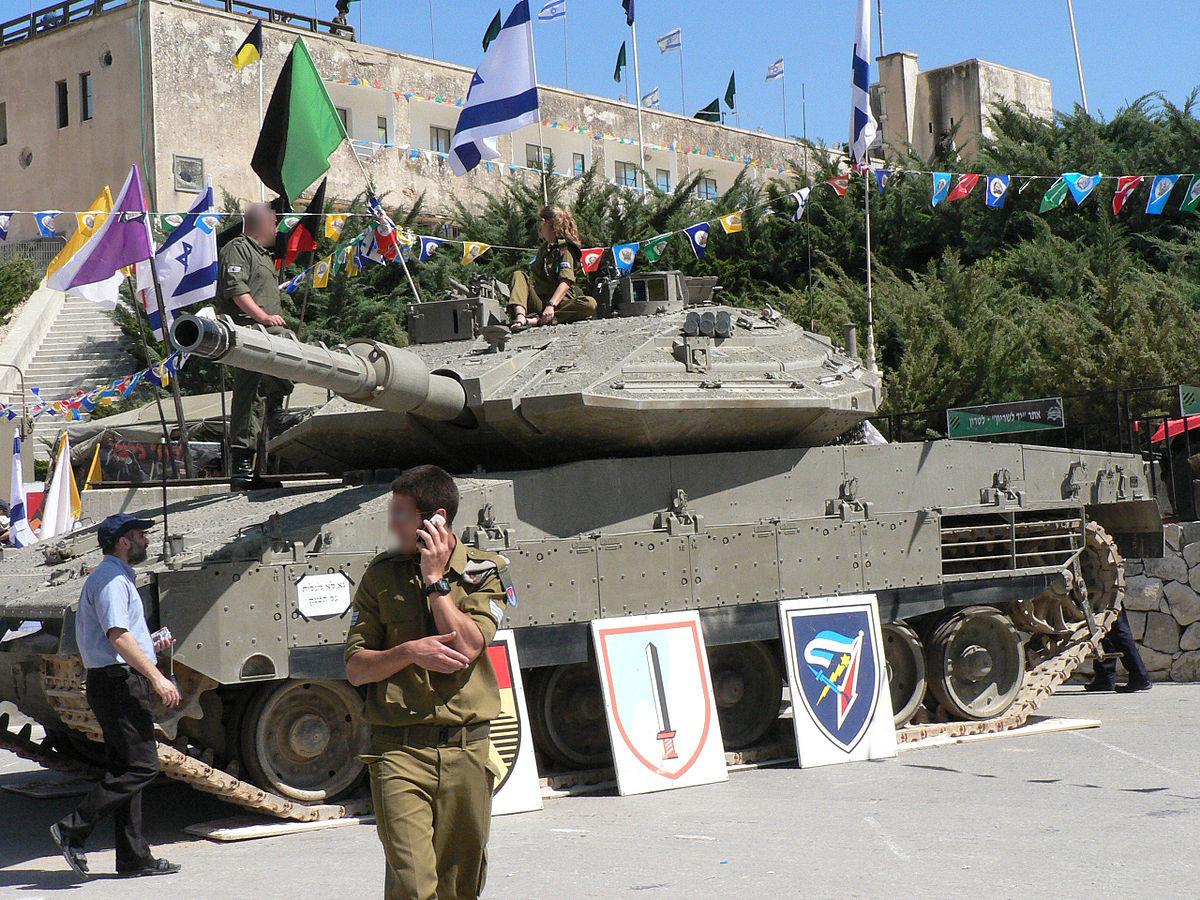 Soldados israelíes junto a un tanque Merkava.
