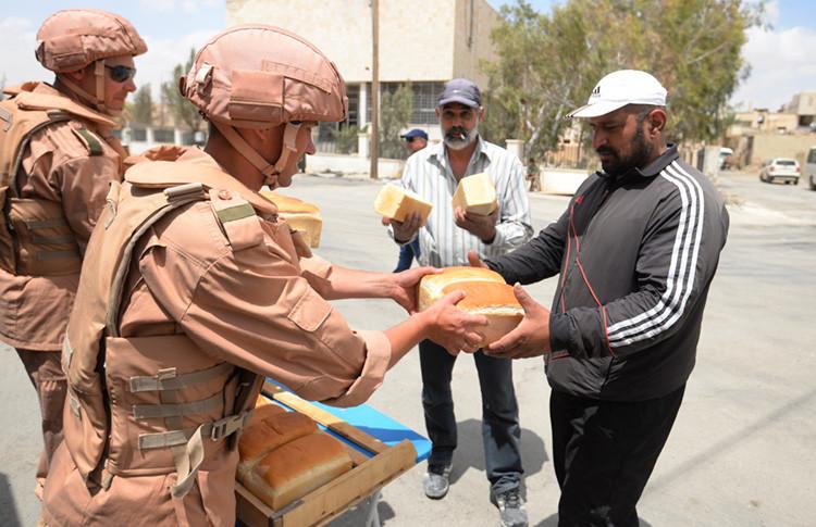 Soldados rusos distribuyen pan en Palmira