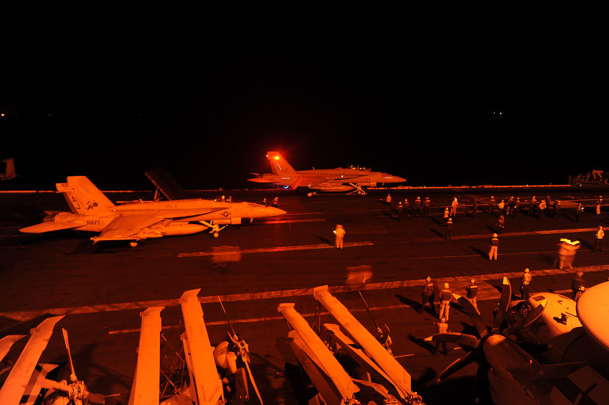 Un caza estadounidense FA-18 Hornet despega del portaviones USS George H. W. Bush para atacar blancos del Estado Islámico en Siria.
