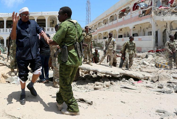 Las fuerzas de seguridad ayudan al miembro del Parlamento somalí Abdalla Boss tras sufrir un atentado con coche bomba