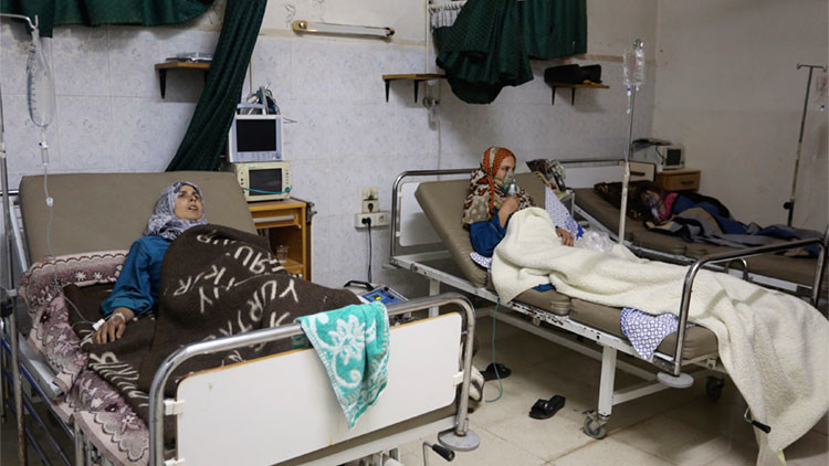 Personas afectadas por un ataque con gas reciben tratamiento en un hospital en Kfar Zeita, en la provincia de Hama, Siria, el 22 de mayo de 2014.