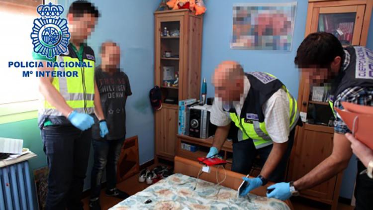 Agentes de la Policía Nacional durante el registro del domicilio del sospechoso
