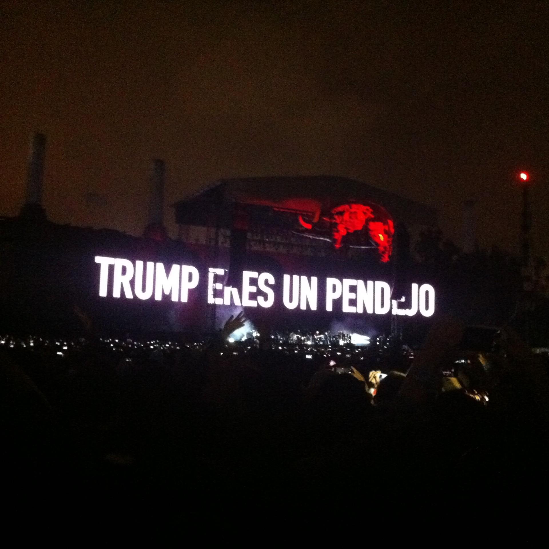"""""""Trump es un pendejo"""" mensaje en castellano de Waters para el candidato republicano Donald Trump."""