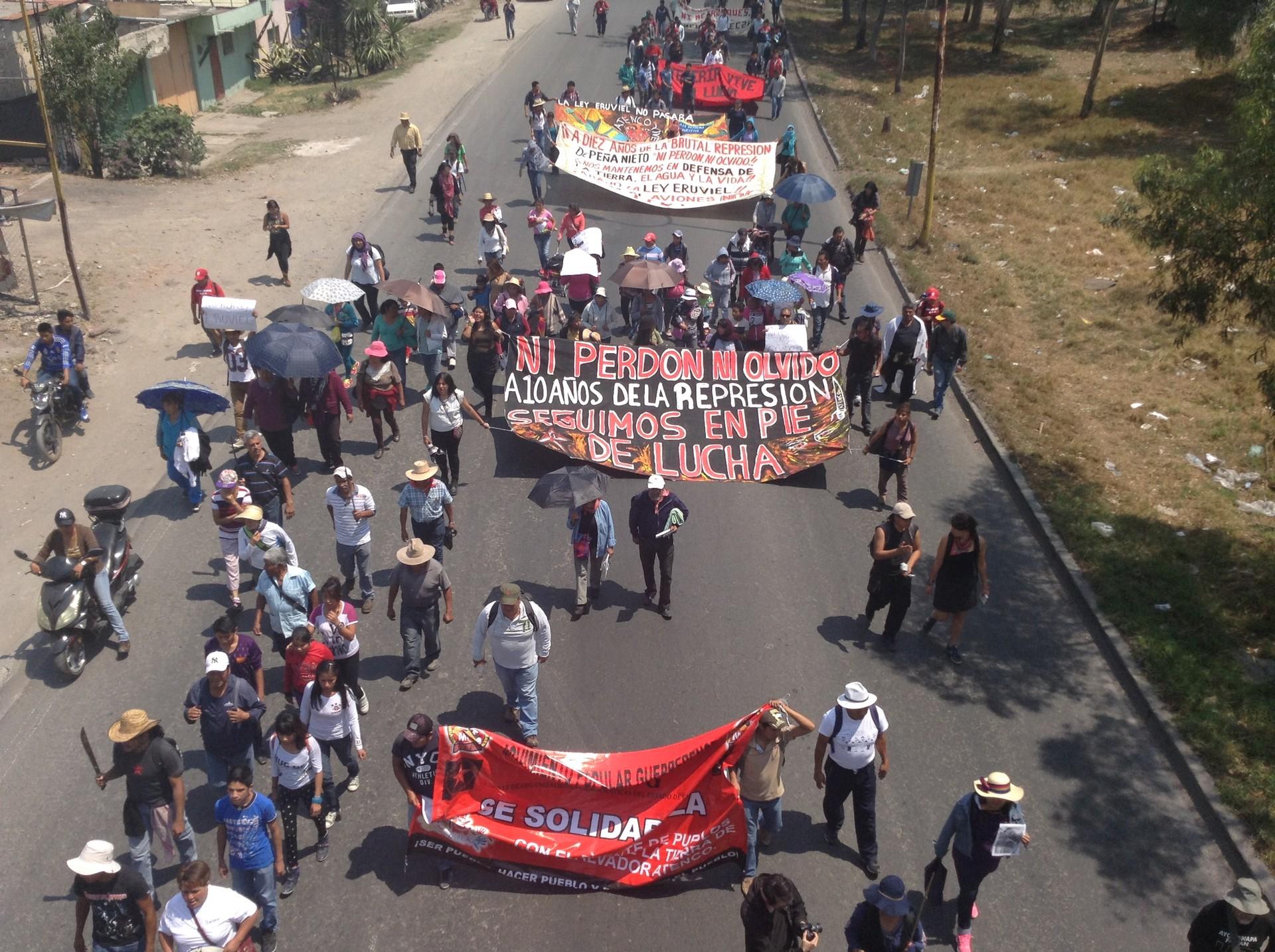 Manifestantes protestan por agresiones en contra de pueblos del lago de Texcoco como San Salvador Atenco.