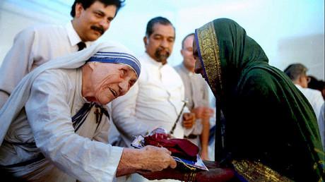 Madre Teresa de Calcuta en un misión  de caridad en Bombay, India