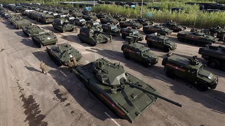 Un tanque T-14 Armata durante el ensayo de un desfile militar