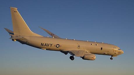 Un avión P-8 Poseidón de las Fuerzas Aéreas de EE.UU. realiza maniobras sobre la bahía de Chesapeake en el Océano Atlántico.