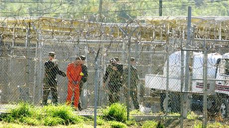 Un miembro detenido de Al Qaeda en Guantanamo, el 17 de enero de 2002.