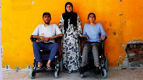 Dos hermanos discapacitados logran escapar del Estado Islámico en silla de ruedas