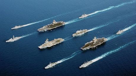 Buques de las Armadas de EE.UU., Francia, Italia, el Reino Unido y los Países Bajos navegan en formación de desfile.