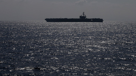 """El portaaviones estadounidense atómico """"Ronald Reagan"""" navega para celebrar la revisión de las fuerzas marítimas japonesas de la defensa en el golfo de Sagami en el sur de Tokio"""