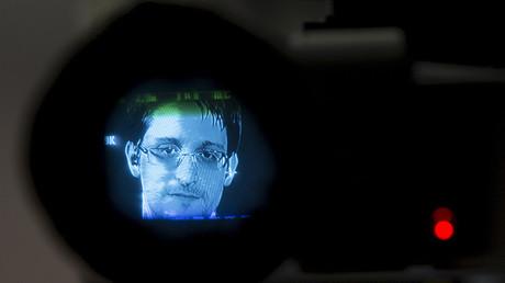 Edward Snowden, visto a través de una cámara, participa en una discusión sobre el derecho a la privacidad por Internet que tiene lugar en Manhattan, Nueva York, el 24 de septiembre de 2015