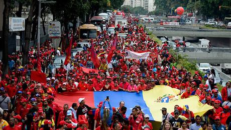 Partidarios del presidente de Venezuela, Nicolás Maduro, marchan en Caracas, el 22 de junio de 2016