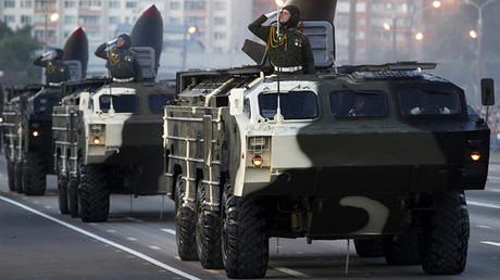 Varias lanzaderas autopropulsadas de Tochka-U participan en un desfile militar en Bielorrusia
