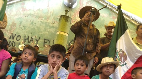 Indígenas ch´ol de Chiapas exigen respeto a su autonomía portando una bandera de México.