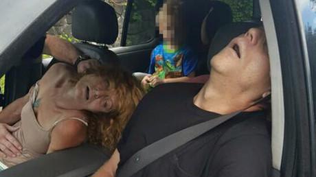La abuela y su novio inconscientes frente al niño de 4 años dentro del coche