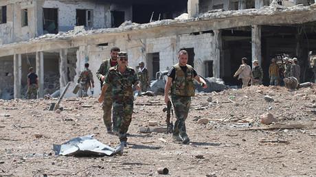 Oficiales del Ejército Sirio observan una zona recuperada a los terroristas tras una serie de combates.